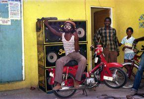 4-Le chanteur Nitty Gritty dans la cour de King Jammy 1985  Beth Lesser
