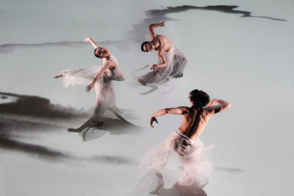 Cloud Gate Dance Theatre of Taiwan Water Stains on the Wall photo by LIU Chen hsiang artistik rezo paris